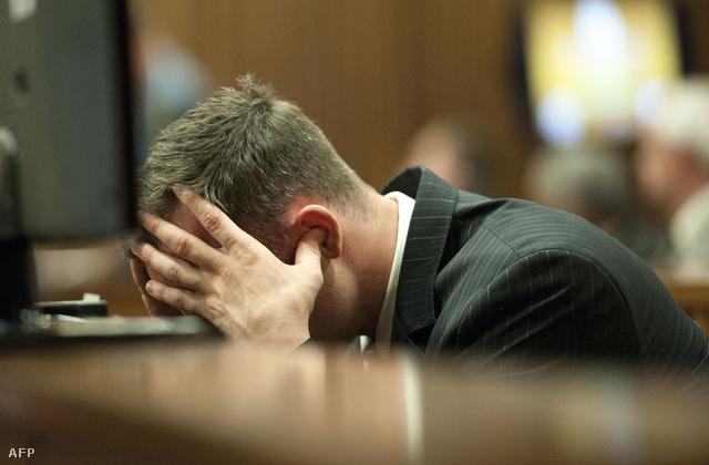Pistorius a tárgyalás mai napján, befogott füllel