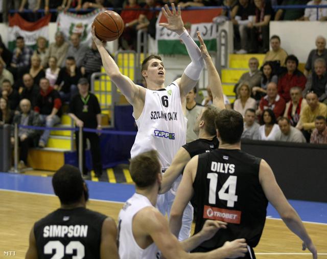 Keller Ákos tör kosárra azEuroChallenge Kupa negyeddöntőjének második mérkőzésén Szolnokon, március 13-án.