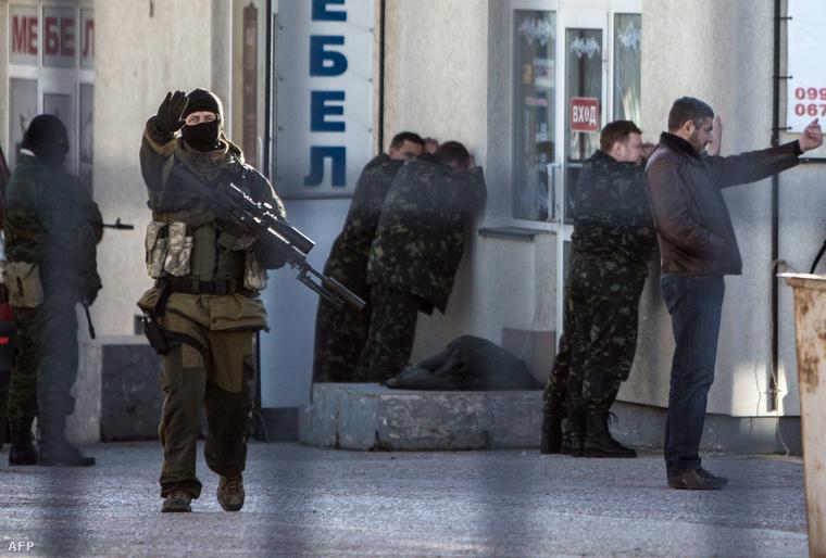 Orosz fegyveresek tartóztatják le az ukrán hadsereg katonáit Szimferopolban