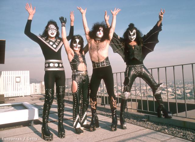 Az egész zenekar 1975-ben, és most ugorjunk előre az időben...