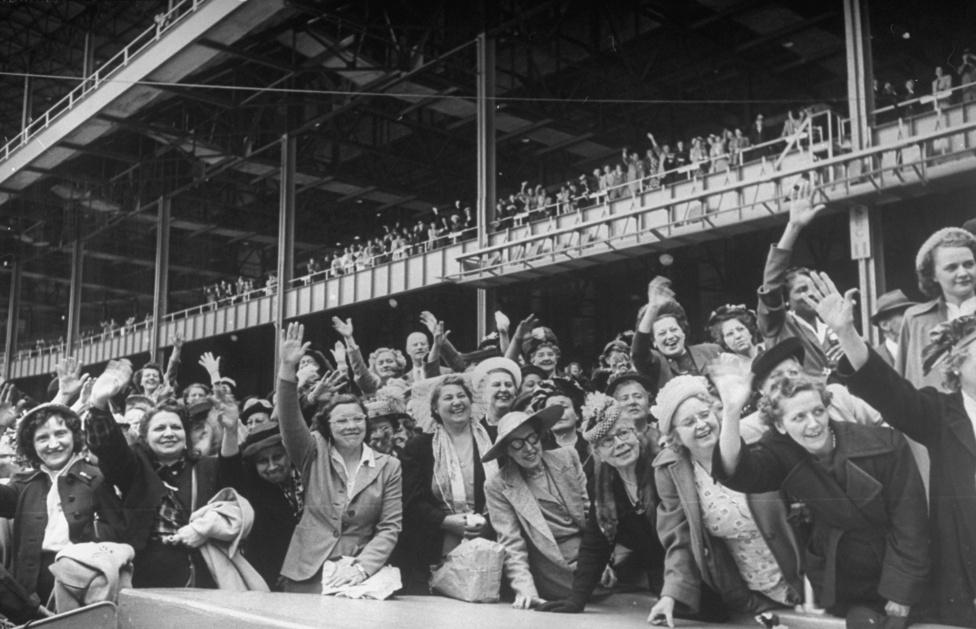 Mary Margaret McBride-ot, a rádiózás First Ladyjét, köszöntik rajongói a Yankee Stadionban. A kép készítésekor, 1949-ben 15 éve ment a műsora, de rajongóit már ekkor is csak stadionokban tudta fogadni. McBridge műsorát negyven éven át sugározták.