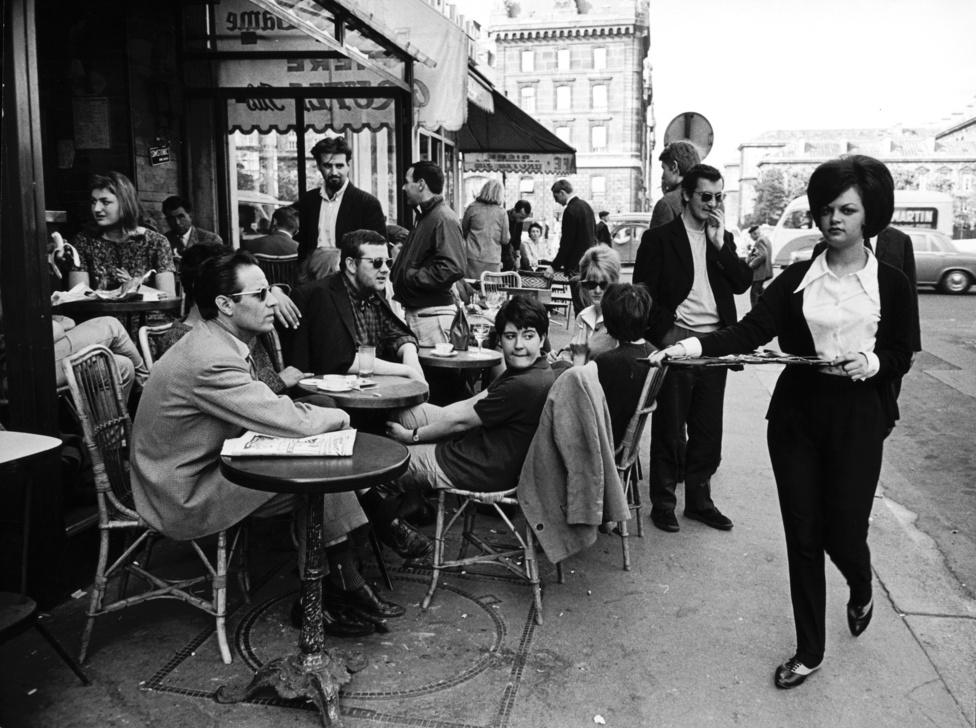 1963, Párizs. Egy lusta hétköznap: utcai kávézó, semmittevés, és minden férfi a fel-alá járkáló pincérnőt figyeli.