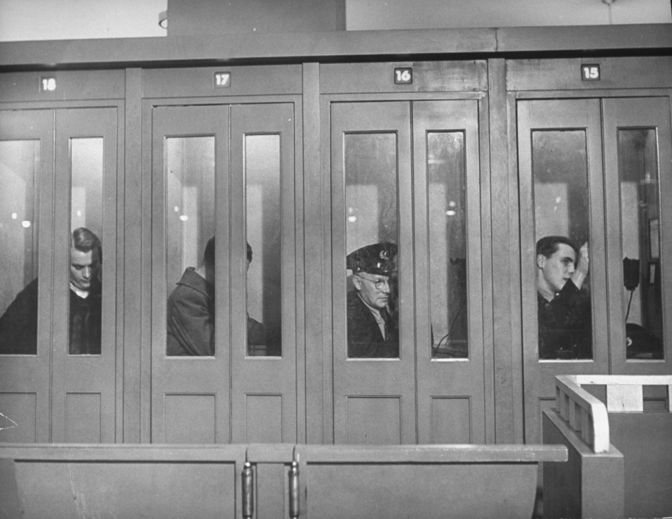1944. Otthon, édes otthon: négy katona beszél telefonon a távolban élő családjával, a Times Squaren álló katonai telefonközpont fülkéiben.