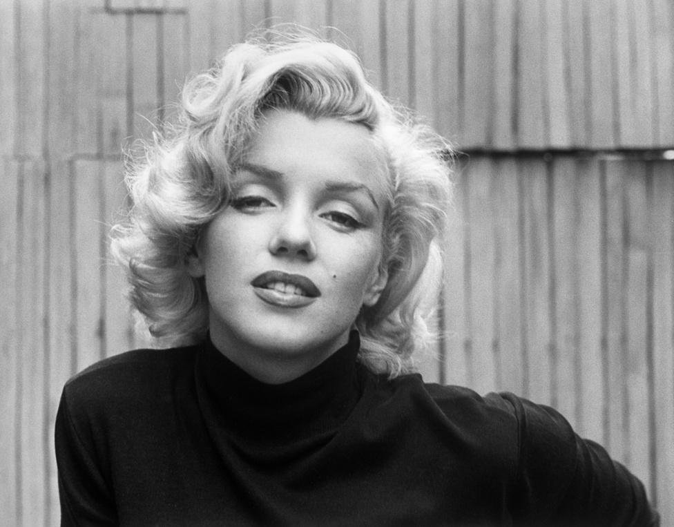 Churchill, Kennedy, Chaplin, Sophia Loren, Shaw és Marlene Dietrich. Néhány híresség, aki szerepelt Eisenstaedt kamerája előtt. Itt például Marilyn Monroe, otthonában. Eisenstaedt fedezte fel a szelfit is: ha portrét készített valakiről, az utolsó kép mindig közös volt. Külön füzetben gyűjtötte az autogramokat is.