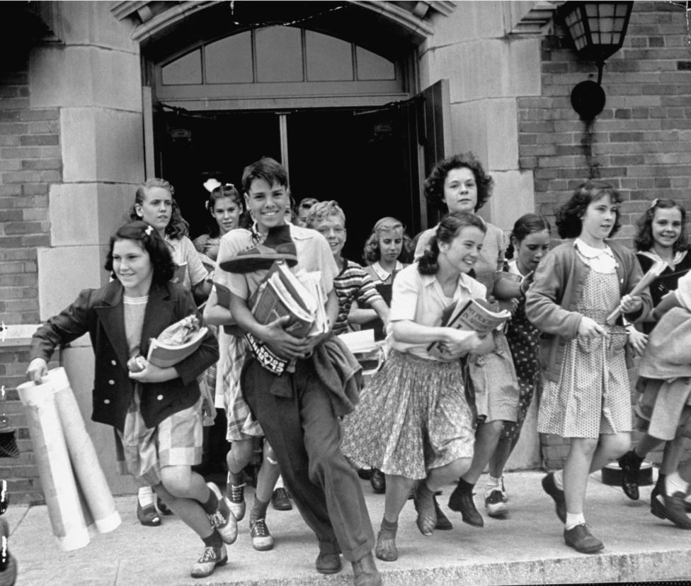 A csókolózós képen Eisenstaedt tökéletesen meg ragadta az amerikaiak eufóriáját, de nem volt szüksége világháborúra vagy békekötésre ahhoz, hogy igazán boldog és felszabadult képeket készítsen. Ezen a fotón diákok robbannak ki az iskola épületéből. Az arcukra van írva: végre péntek!
