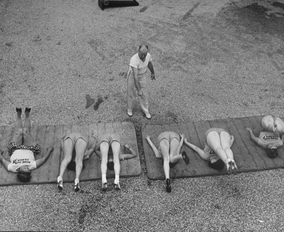 1938. Nők tornáznak a fogyitáborban, hogy eltüntessék az úszógumijukat és a tokájukat. Eisenstaedt a többi Life fotóshoz hasonlóan hosszú életet élt, büszke volt arra, hogy még kilencven évesen is elérte a lábujjait. A haláláig bejárt dolgozni, az irodájába betévedőknek bicepszével hencegett.