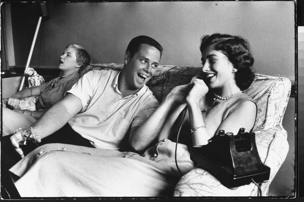 1957. Yale-végzősök évődnek egymással egy házibuliban. Eisenstaedt fotóit nem a virtuóz stílusa miatt szerették, de nagyra értékelték, ahogyan képes volt egy egész történetet összefoglalni egyetlen kifejező képben. Leghíresebb többszereplős fotói szinte tökéletesen beállított, filmszerű jelenetekké állnak össze - pedig spontán pillanatokat látunk.