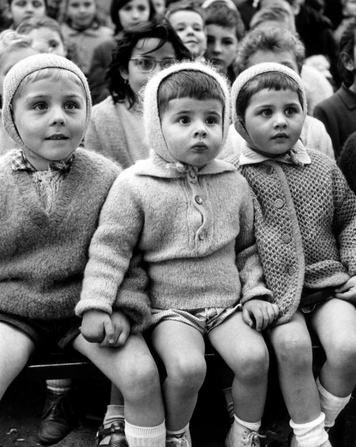 1963. A boldogság arcai: párizsi gyerekek álmélkodva nézik Szent György és a sárkány történetét egy francia bábszínházban.