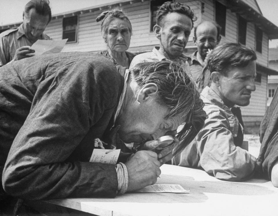 1944. A rövidlátó Vladimir Zobotin tölti ki a papírjait a határátkeléshez. Az orosz művész egyike volt annak az ezer zsidó menekültnek, akiket a náci megszállás alatt álló Európából mentettek ki. Roosevelt elnök parancsára a Fort Ontario erődöt alakították át a menekültek fogadására alkalmas óvóhellyé.