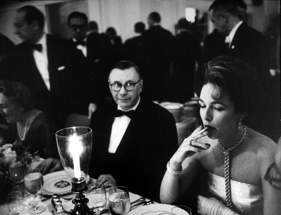1959. Frank Sinatra kedvese cigarettázik egy előkelő partin, a mellette ülő férfi, aki igazán mély csodálattal figyeli közben, az ENSZ szovjet nagykövete, Arkady Sobolev.