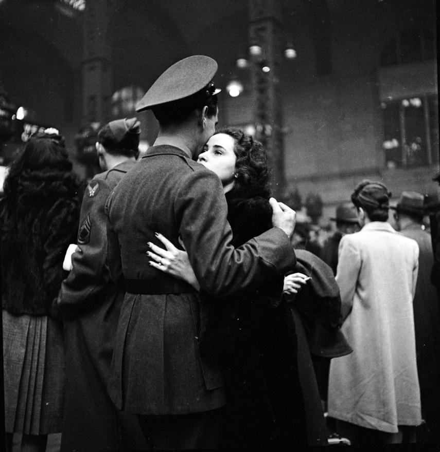 1944. Az Igazából szerelem című film első jelenete, a viszontlátás örömétől könnyező emberekkel, a Heathrow repülőtéren játszódott, Eisenstaedtnak viszont a valóság is elég volt, hogy filmszerű érzelmeket mutasson be. Egy egész sorozatot lőtt a Penn Stationnél, ahol a bevonuló katonák búcsúztak épp a szeretteiktől. A képek a Life magazin Valentin-napi számában jelentek meg.
