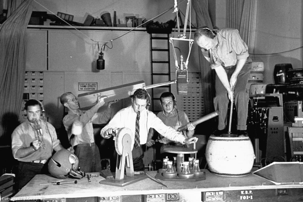 1938. A Disney hangmérnökei dolgoznak egy rajzfilm hangeffektjein. Egy film hangi világának létrehozásában nagyon sok múlik a zörejezésen, a szakemberek ilyenkor mindenféle változatos eszköz használatával hozzák létre a filmek atmoszféráját.