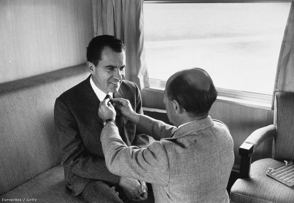 1960. Alfred Eisenstaedt saját maga igazítja meg a republikánus elnökjelölt, Richard Nixon nyakkendőjét a fotózáshoz. Kedves ember volt, a portréin a lehető legjobb formájukban akarta mutatni a szereplőket.