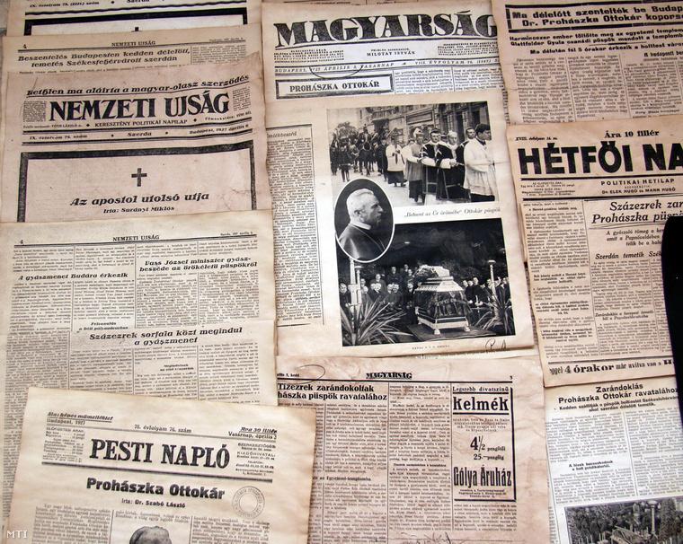 Prohászka Ottokár halálhírét közlő korabeli újságok 1927-ből a püspökről szóló, 2006-os tárlaton Székesfehérváron