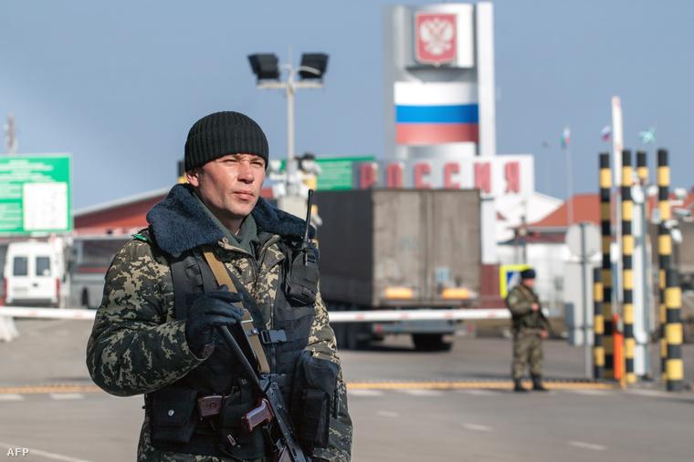 Ukrán határőr Goptovkánál az ukrán-orosz határon