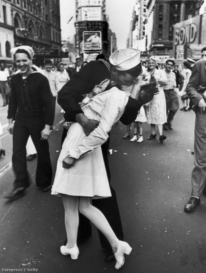 """1945, augusztus 14, New York, Times Square. Egy amerikai matróz örömében szájon csókolt egy nővérkét, miközben a háttérben tömegek ünneplik a második világháború végét, a régóta várt győzelmet Japán felett. Eisenstaedt elmondása szerint annyira gyorsan történtek aznap a dolgok, hogy nem volt ideje feljegyezni a neveket,  de Glenn McDuffie az állította, ő szerepel a képen. Lövészként szolgált a haditengerészetnél, épp New Yorkban szállt át vonatútján, amikor megtudta, hogy a háború véget ért, így testvére is visszatér a japán hadifogolytáborból. """"Olyan boldog voltam, hogy kirohantam az utcára. Amikor megláttam a mosolygó nővért, azonnal odamentem és megcsókoltam. Egy szót sem szóltunk egymáshoz."""" A csók után átment az úttesten a metróhoz, és továbbment Brooklyn felé. A 86 éves matróz múlt héten halt meg dallasi otthonában."""