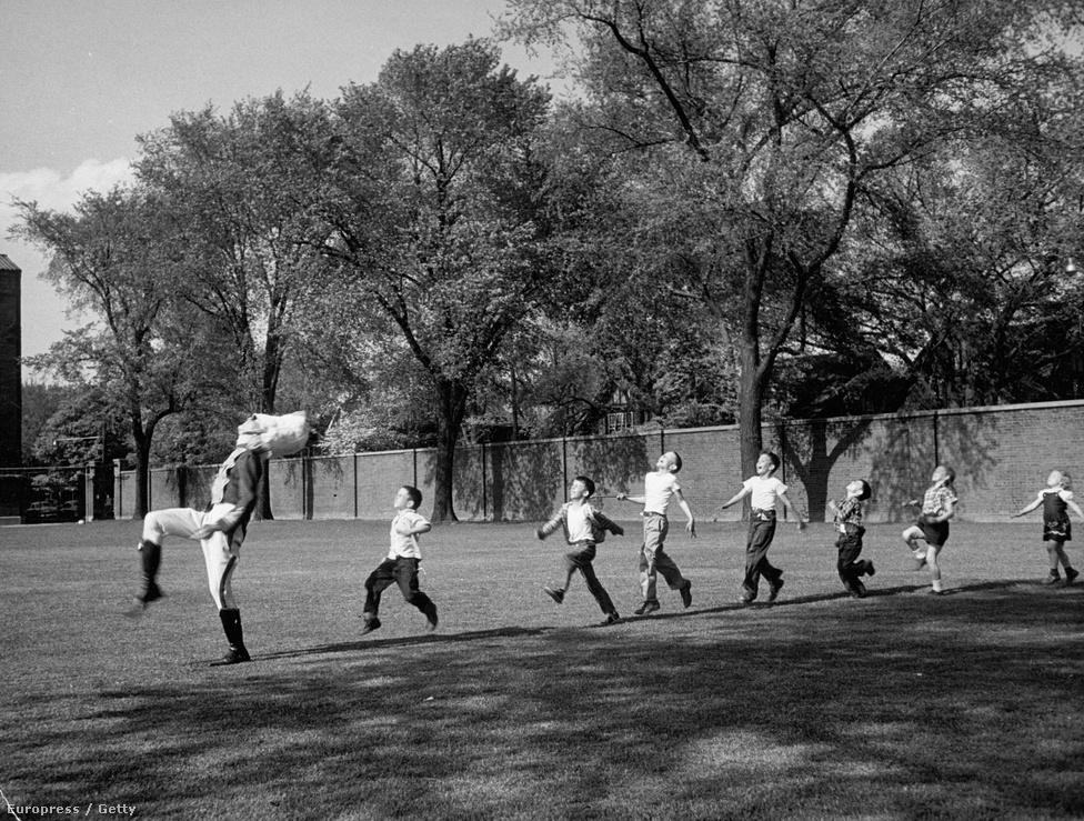 1950. Egyenruhás dobosok vezetik a gyermekek sorát, akik mind úgy csinálnak, mintha ők is dobolnának éppen. A Life magazin szerint ez a világ legboldogabb fotója, egyenesen egy óda az örömhöz.
