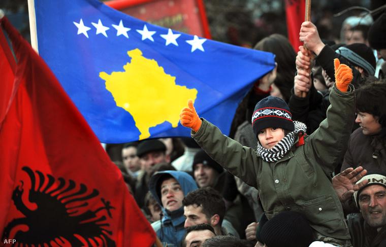Albán és koszovói zászló a Koszovó függetlenségét ünneplő tömegben 2008. február 17-én
