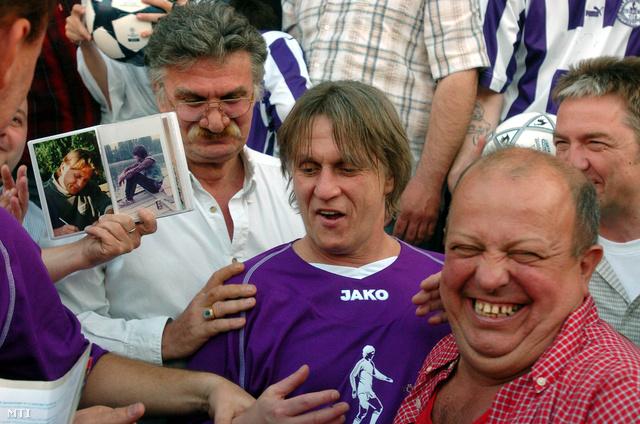 2005. május 1. Az Újpest FC nagyszabású futballgálát rendezett a Megyeri úti Szusza Ferenc Stadionban Törőcsik András a klub legendás játékosának 50. születésnapja alkalmából. Háttérben Ujlaki Dénes színművész(b).