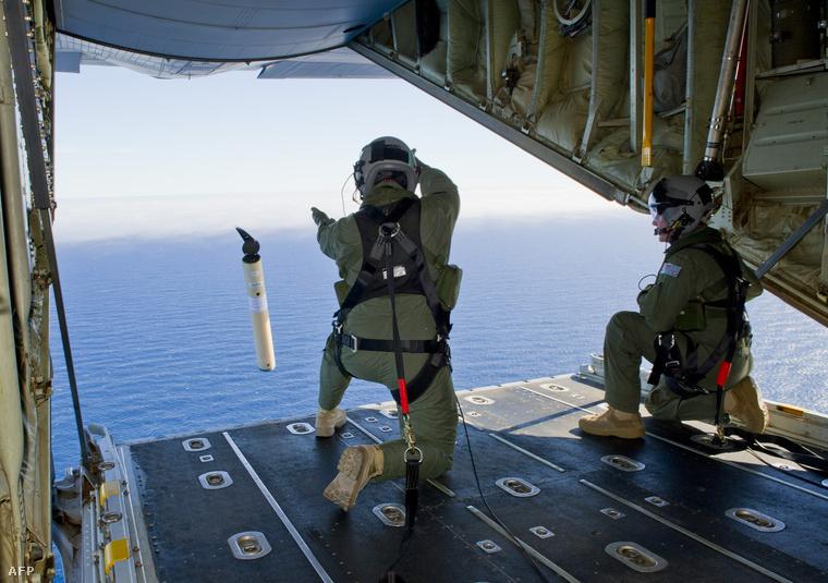 Jeladó- és helymeghatározó bójákat engednek a vízbe egy ausztrál repülőről ott, ahol a roncsnak vélt darabokat felfedezték a napokban