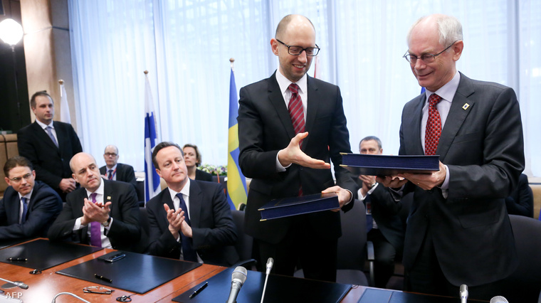 Az Európai Tanács elnöke, Herman Van Rompuy, valamint Arszenyij Jacenyuk ukrán miniszterelnök Brüsszelben, a társulási megállapodás aláírását követően, 2014. március 21-én.
