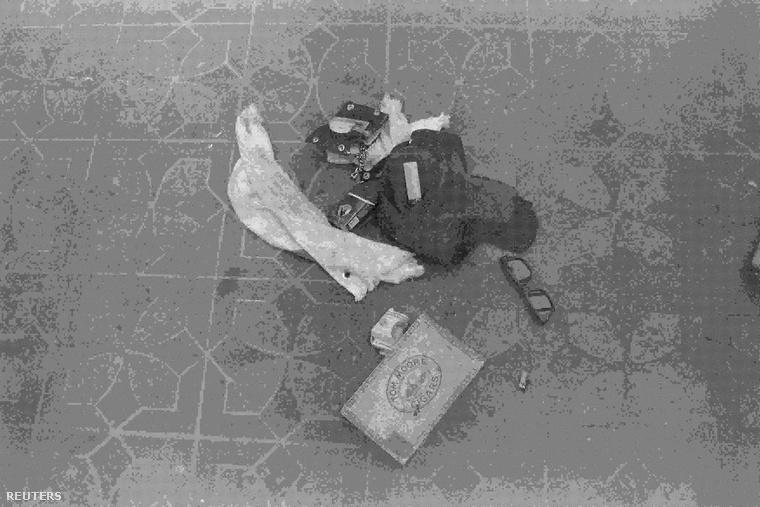A fotókon Cobain személyes tárgyai vannak, szemüveg, pénztárca, drogozáshoz használt holmik.