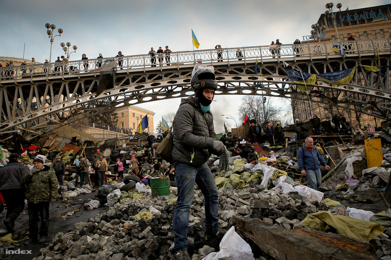 Egy tüntető áll a kijevi Függetlenség tere, a Majdan fő barikádján 2014. február 20-án. A 6-8 védelmi vonalból álló rendszert a tüntetők még Janukovics távozása napján is építették.
