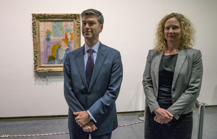 Tone Hansen, a Henie Onstad Art Center igazgatója és Christopher A. Marinello, a Rosenberg család tagja Matisse: Nő kékben kandalló előtt című festményével