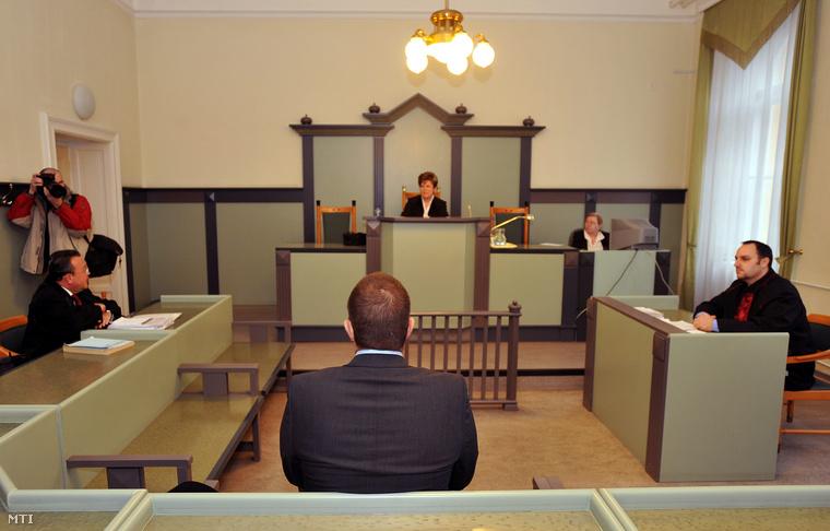 Joav Blum izraeli üzletember ül a tárgyalóteremben a székesfehérvári városi bíróságon, ahol közokirat-hamisítási ügyében kezdődött meg a pere 2009. december 9-én