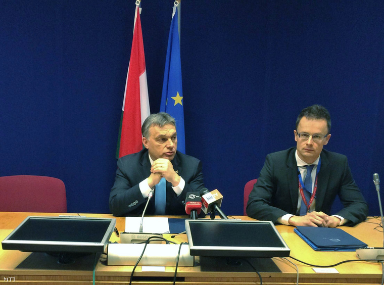 Orbán Viktor és Szijjártó Péter a Brüsszelben tartott sajtótájékoztatón