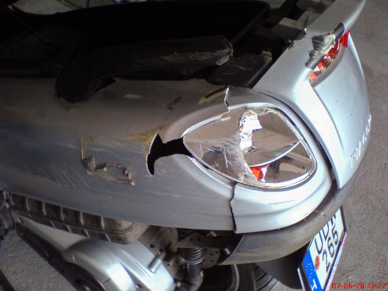 Alaposan megtörték a Piaggio X9 farát. Itt látszik csak igazán, hogyan visz magával egy törött oldalidom néhány környező alkatrészt