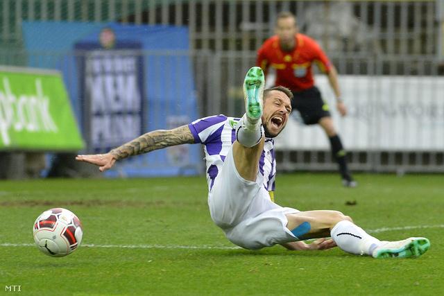 Kabát Péter az Újpest játékosa miután szabálytalanságot követtek el ellene.