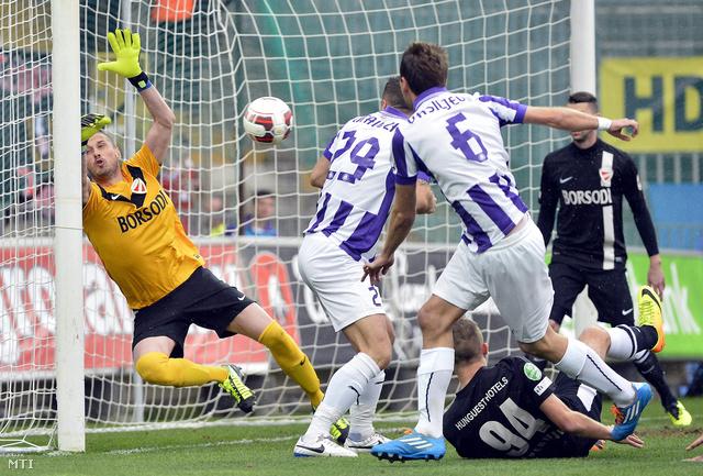 Nenad Rajic a Diósgyőr kapusa gólt kap az OTP Bank Liga 21. fordulójában játszott Újpest - Diósgyőr bajnoki labdarúgó-mérkőzésen.