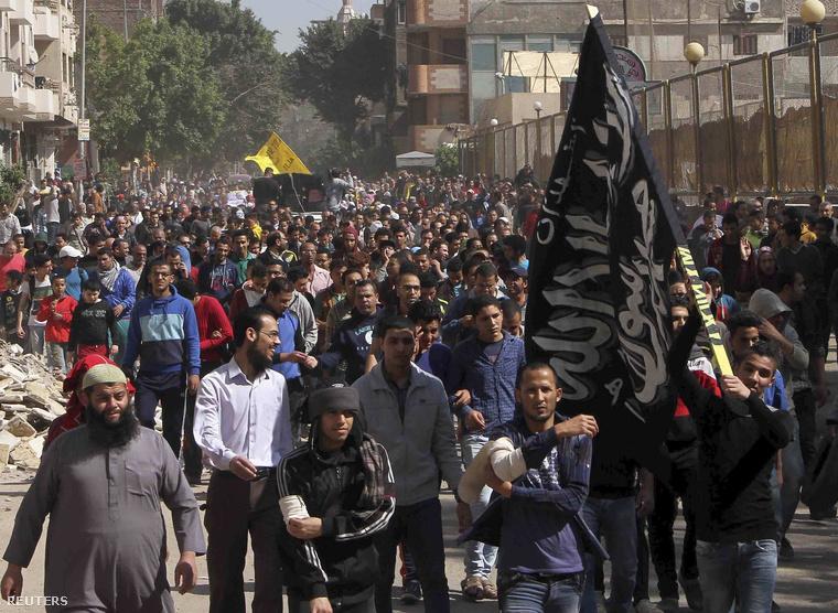 A Muzulmán Testvériség tagjai tüntetnek Kairóban, március 21-én