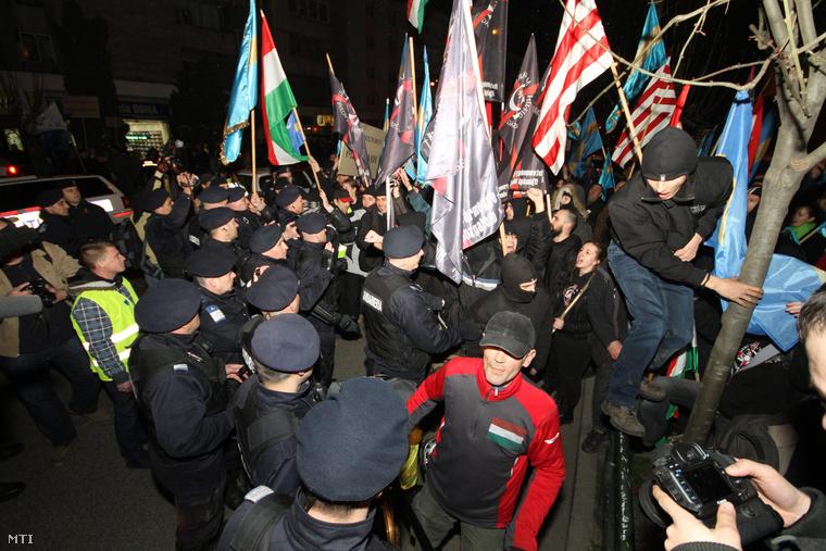 Csendőrök és résztvevők a Hatvannégy Vármegye Ifjúsági Mozgalom zászlóival valamint magyar és árpádsávos zászlókkal a Székely szabadság napja alkalmából rendezett a marosvásárhelyi tüntetésen 2014. március 10-én.