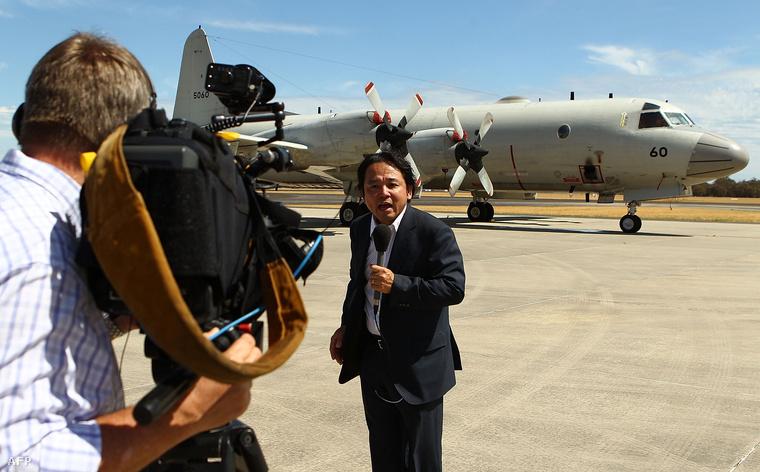 Bullsbrook, Ausztrália: a japán sajtó felsorakozott a reptéren 2014. március 24-én.A kínaiak Ausztráliától újabb repülőgépeket kértek a helyszínre.