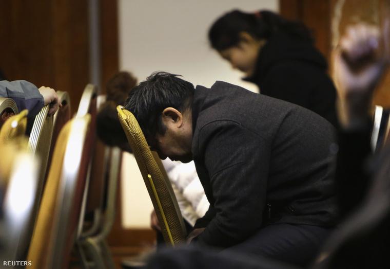 A maláj hatóságok szokásos napi sajtótájékoztatóját hallgatják az eltűnt gép utasainak családtagjai a pekingi Lido Hotelben, 2014. március 24-én.