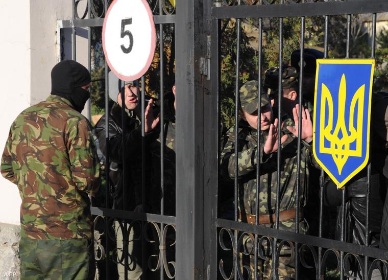 Orosz katona tárgyal a belbeki katonai bázist védő ukrán katonákkal, mielőtt megrohamozták az támaszpontot