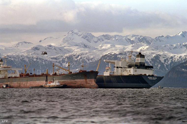 Az Exxon Mobil egyik olajszállító tankere, az Exxon Valdez 1989. március 24-én zátonyra futott Alaszka déli partjainál. Körülbelül negyvenmillió liter nyersolaj ömlött ki egy bő kétezer kilométer hosszú partszakaszra, ennek negyven százaléka egy kis tengerszoros, Prinz William Sound környékére jutott.