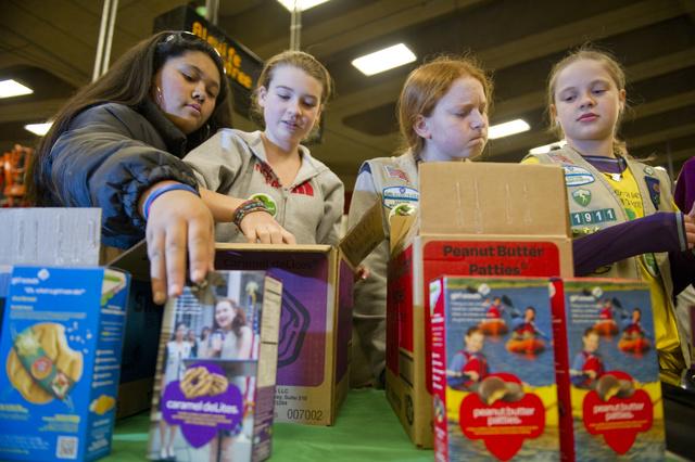 Cserkészlányok árulnak süteményeket egy aluljáróban, Cambridge-ben ( Massachusetts állam, USA ).