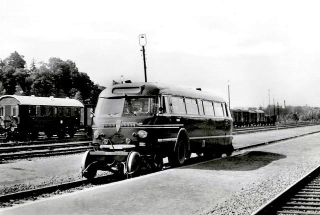 Sajtófotózáson a közúti-vasúti busz