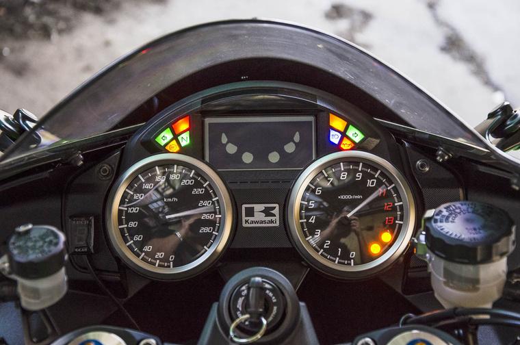 Miheztartás végett a motorosra is mér egy szigorú pillantást a műszerfal. Utána meg kijelzi az átlagfogyasztást és a levegő hőmérsékletét is