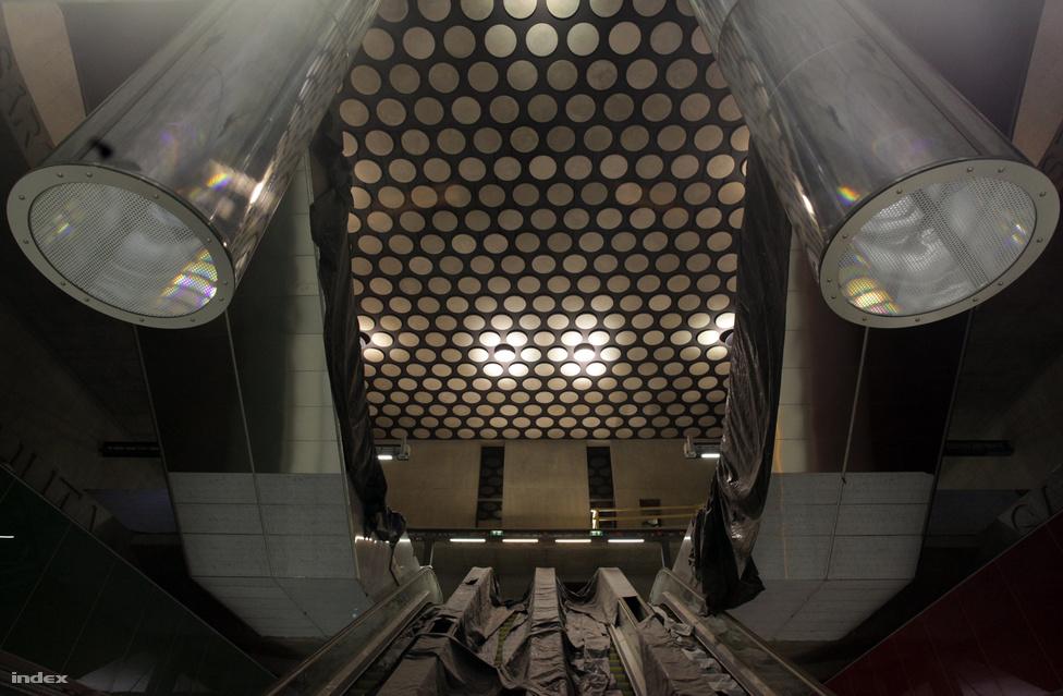 Az állomás valószínűleg a mozgólépcsők feletti pöttyös mennyezetről válik majd ismerőssé. 23 méter hosszú üvegcsövek vezetik le a fényt a felszínről a mélybe. Az üvegcsövek felső végénél tükrök felelősek a napfény összegyűjtéséért. Az állomást támasztógyűrűk merevítik. A gyűrűkre a Rákóczi család egykori birtokainak nevét vésték fel.