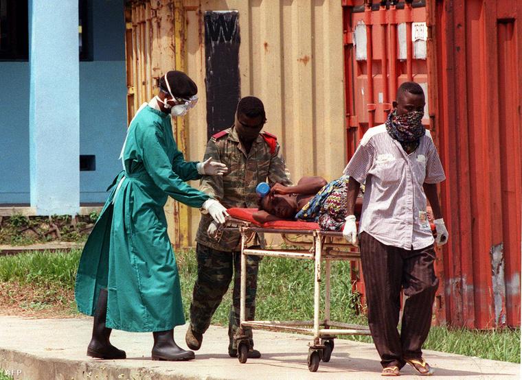Ebolával fertőzött beteget szállítanak Kongóban, 1995-ben