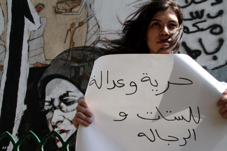 """""""Szabadságot és igazságot mindkét nemnek!"""" – olvasható az üzenet egy szexuális zaklatások miatt demonstráló transzparensén, Kairóban, 2012. július 16-án."""