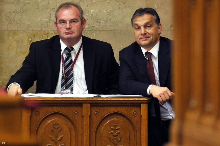 Orbán Viktor egy terembiztos társaságában figyeli az Országgyűlés plenáris ülését az alkotmánymódosításról szóló indítvány megszavazása előtt,2010. november 10-én.