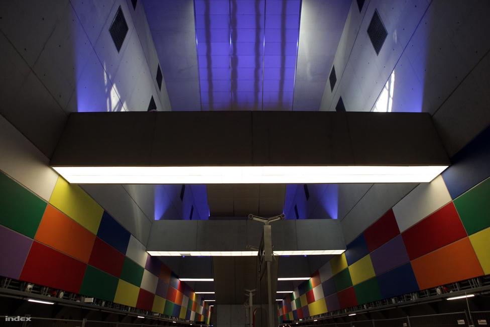 Az állomás színeivel mindent megtesz, hogy szakítson a metrózás hagyományos, lehangoló atmoszférájával. Azt hallottuk, hogy a betonelemek élénk színeit az élet alakította, mivel véletlenül túl sűrűre festették a lazúrt