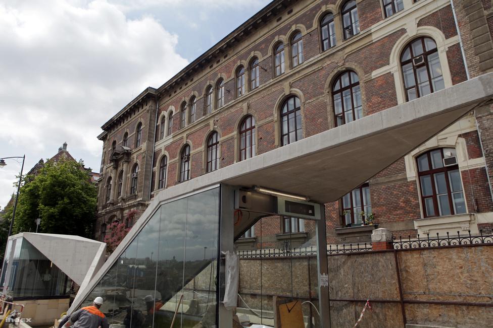 A megálló peronja szintén mélyen, 30 méteren van. Nyolc mozgólépcső, és négy lift visz a mélybe. Ez is 25 millió euróba került. Tervezők: Dékány Tibor, Finta Sándor, Hatvani Ádám, Vadász Orsolya