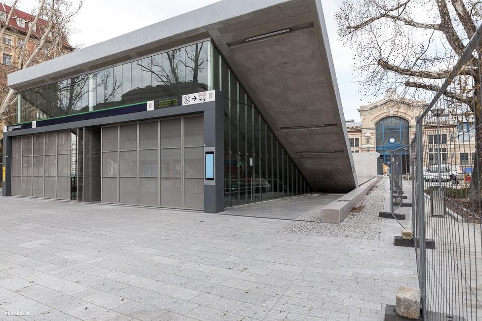 Két kijárattal épült, amelyhez két lift és nyolc mozgólépcső tartozik. Az állomás feletti mélygarázsból a vásárcsarnok garázsaihoz is lehet jutni.                         Tervező: Dévényi Tamás