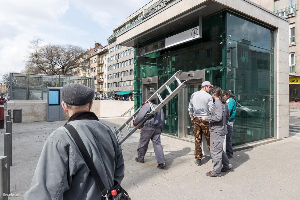 Az egyik legkisebb megálló, csupán 775 négyzetméter, viszont két kijárattal is ellátták.  Érdekesség, hogy mindehhez rengeteg lift és mozgólépcső készült, mindkettőből 4-4 szállítja az utasokat.                         Tervezők: Erő Zoltán, Antal Máté, Brückner Dóra, Kosztolányi Zsolt, Varga Péter István
